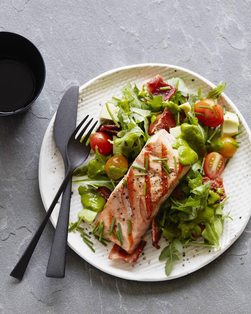 Салат с лососем и соусом с кинзой